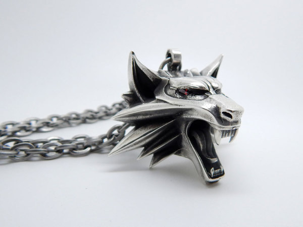 Index img the witcher medallion red garnet eyes silver